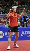 图文:世乒赛中国3-0新加波队 郭跃抛飞球拍