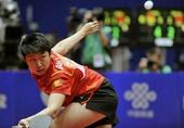 图文:世乒赛中国女团3-0新加坡 郭跃背身救球