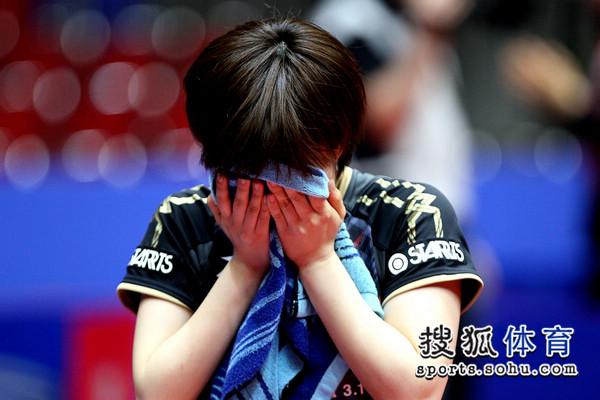 01石川佳纯决胜局失利,让日本女乒无缘4强,赛后他掩面哭泣