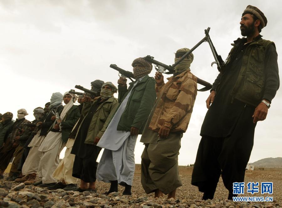 4月1日,在阿富汗西部赫拉特省,塔利班武装人员出席投降仪式。 据阿富汗官员称,当天,35名塔利班武装人员放下武器,向阿政府投降。新华社发(萨达尔摄)