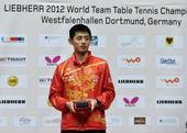 图文:张继科获世乒赛最佳球员 在领奖台上