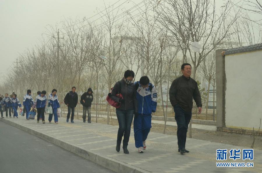 甘肃/4月1日,甘肃玉门市民在沙尘暴天气里出行。
