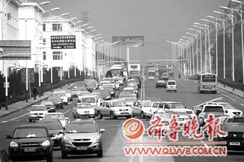 疏港路的工友路红绿灯前,不断出现长长的车龙.本报记者王震摄-小
