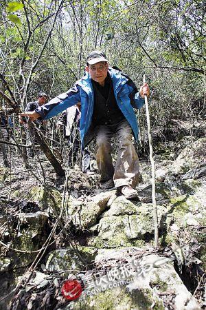山路十分陡峭,黄万波教授坚持自己走,不需要搀扶。