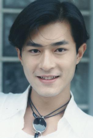陈冠希/年仅18岁的袁咏仪,以明亮的眼睛、甜美的笑容和大方得体的表现...