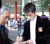图文:世乒赛中国队凯旋抵京 张继科给球迷签名