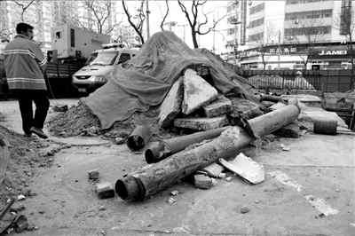 替换下的旧管道已经被腐蚀。本报实习记者徐晓帆摄
