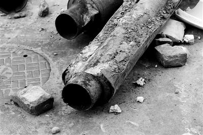 昨日,事发现场,抢修人员挖出渗水管道。本报记者 尹亚飞