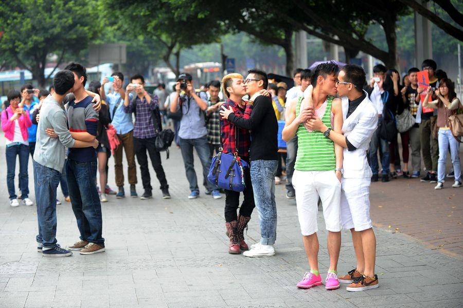 广州同性恋街头拥吻呼吁被关注_社会_中国广播网(组图