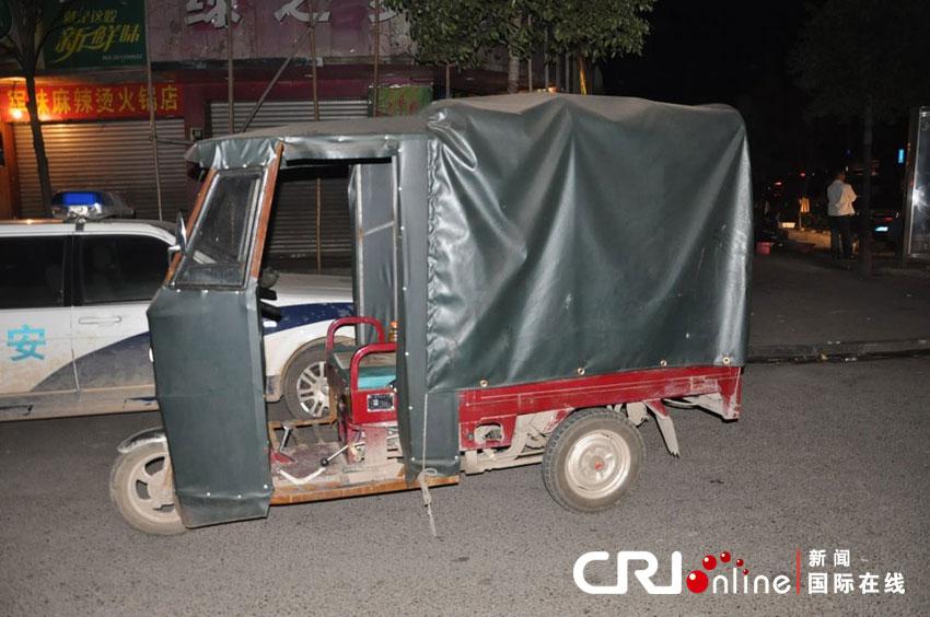 2012年4月3日凌晨二点四十左右,湖南邵东县城又发枪击命案,一8岁男孩被打死。车后座上的油布上清楚的可以看到被子弹击穿的窟窿。