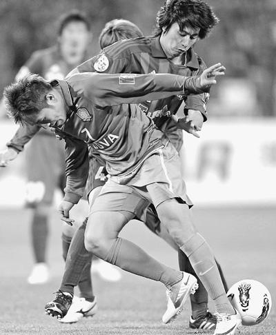 王长庆/4月4日,北京国安队球员王长庆(前)在比赛中拼抢。