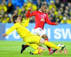穆里奇(红衣)遭到对方严密看管,在下半场更出现体力透支的状况。