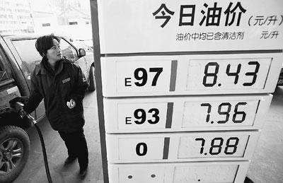 3月20日,安徽省淮北市一加油站的职工在给机动车加油。谢正义摄(人民图片)