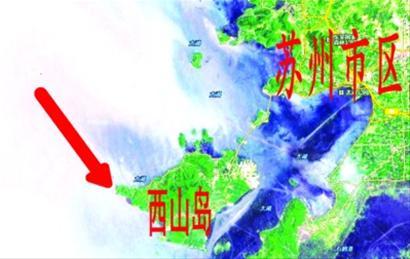 """太湖快艇惨遭货船缆绳""""削顶"""""""