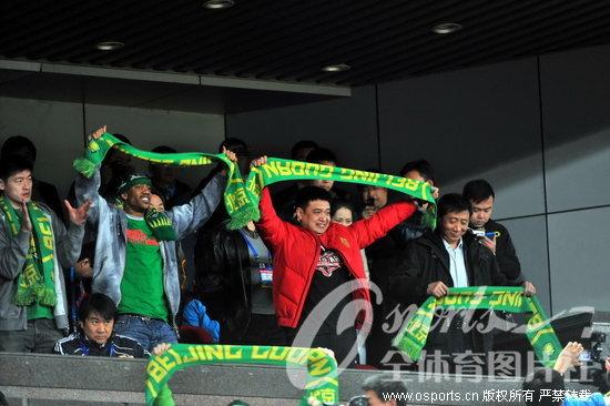 人民网4月5日电北京时间4月4日晚,2012赛季亚冠联赛第三轮继续展开争夺,北京国安主场1比1战平日本天皇杯冠军东京FC。北京男篮在主教练闵鹿蕾率领下集体到场为国安助威。