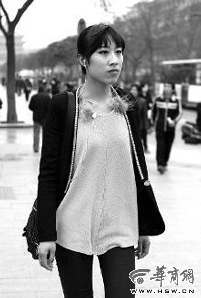 汤继颖 徐晓/戴耳机走路、坐车成了年轻人的习惯,徐晓逛街时喜欢戴着耳机听...