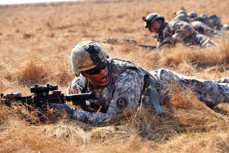 指示机枪手压制目标