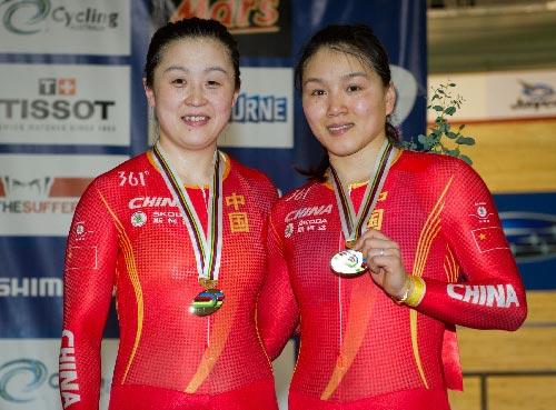 郭爽和宫金杰展示铜牌