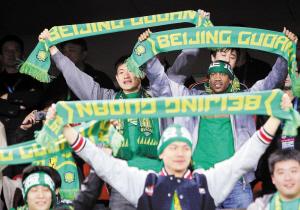 ▲刚刚夺得CBA总冠军的马布里(右上)、陈磊(左上)等北京金隅队球员昨晚到工体为北京国安队助阵。新华社发