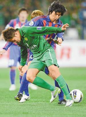 王长庆(前)多次为北京队立下大功。新华社发