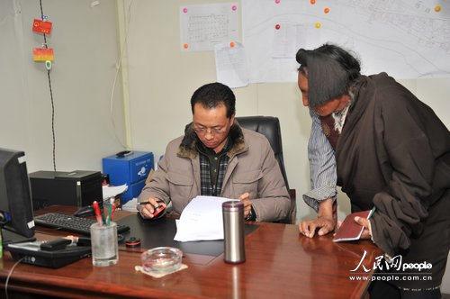 结古镇镇长藏拉正在工作人民网记者翁奇羽 摄