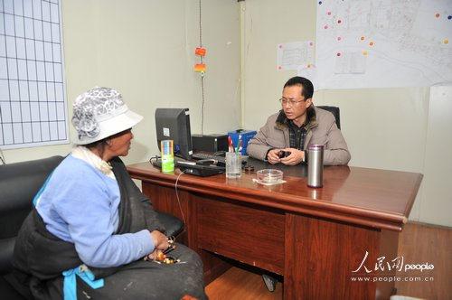 结古镇镇长藏拉正在与藏族老百姓交流(人民网记者翁奇羽 摄)