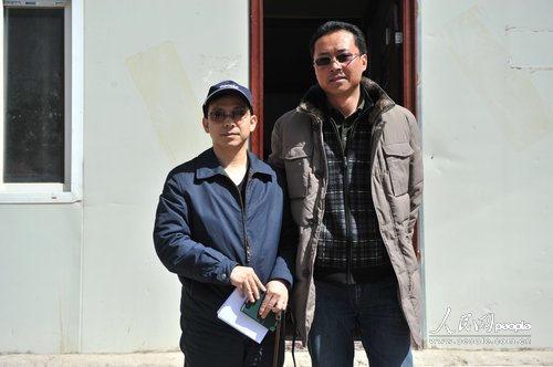 结古镇镇长藏拉(右)与人民网记者合影(人民网记者翁奇羽 摄)