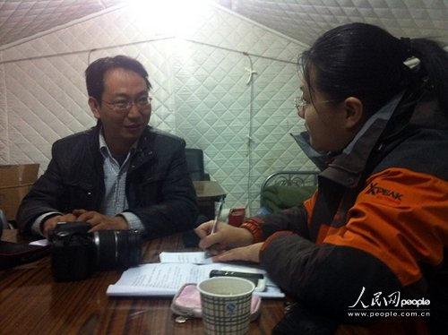 三江源报在帐篷中办公,三江源报社社长东治才仁(左)在帐篷中接受人民网记者采访(人民网记者王理摄)