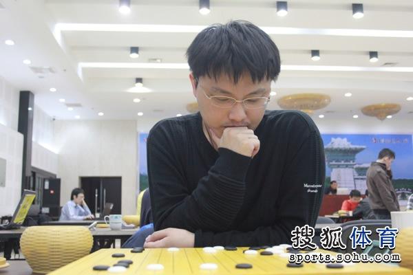 图文:名人战本赛首轮打响 胡耀宇苦思冥想