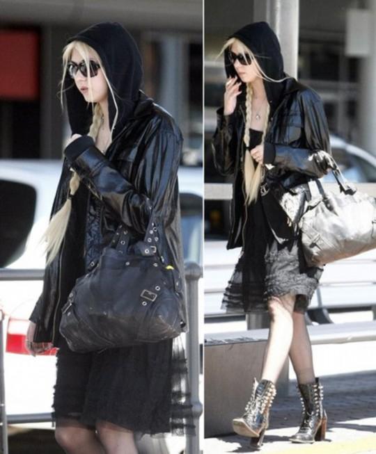 小�9.���j_连帽黑色外套 蕾丝吊带裙 马丁靴 黑色包包,各种酷啊,小j不愧是小j!