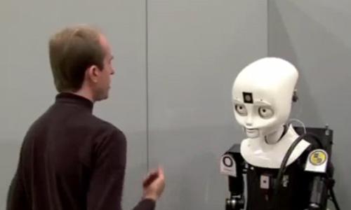 机器人消防员正在与人交流(视频截图)