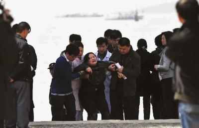 在救援现场,失踪学生家长悲痛欲绝