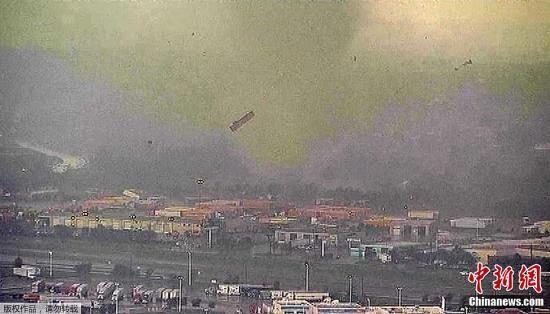 美国南部龙卷风_美国西南部遭多股龙卷风侵袭 造成至少17人受伤(组图)