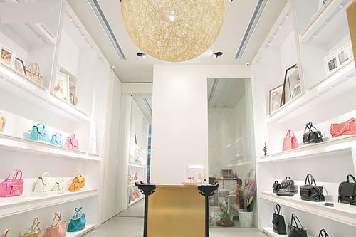 店铺设计明亮通透清雅简约,让客人感觉舒适自在。