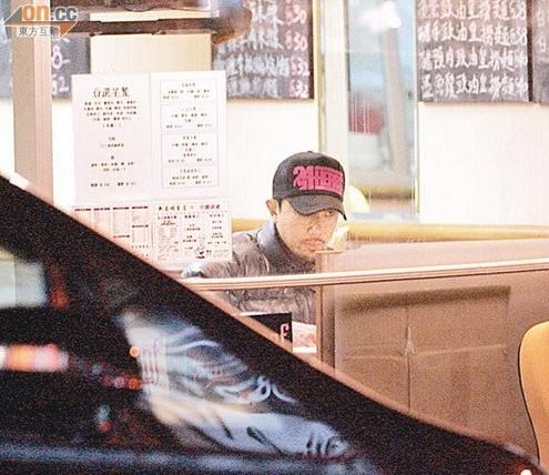 戴上帽子的刘浩龙,全程低头大吃。