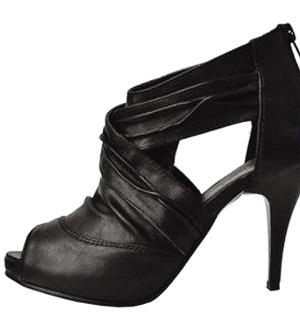 搭配 黑色 凉鞋/火红的漆皮夹脚凉鞋,搭配小可爱的短裤,充满夏威夷风情!