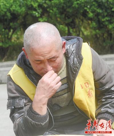 黄华/4月5日,浏阳市看守所,问起杀人过程,黄华(化名)陷入沉思。...
