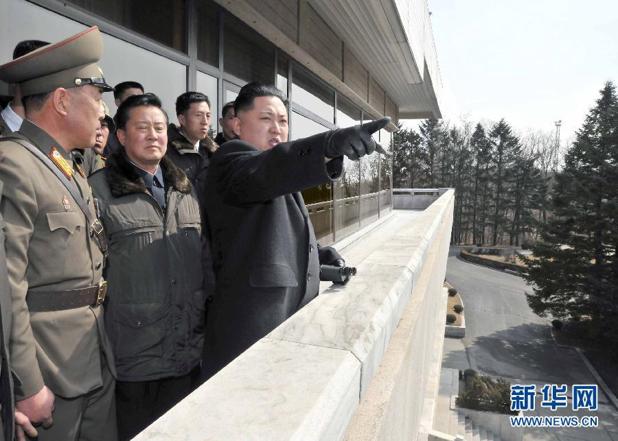 朝鲜中央通讯社3月4日提供的照片显示,朝鲜最高领导人金正恩(右)近日视察朝韩边境的板门店。 新华社发