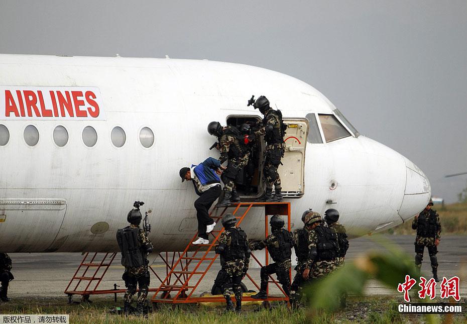 当地时间4月5日,尼泊尔军方在首都加德满都特里布万国际机场举行了反劫持飞机演习。图为演习现场。