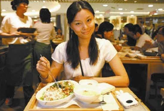 部委食堂大锅菜啥味道 对众吃货来说,吃遍驻京办或许不是什么难事,但吃遍部委食堂可谓一个难以企及的目标。 从新中国建立初期的开小灶到如今的机关饭,部委食堂一直是京城里隐蔽且神秘的处所。2008年的统计数据显示,中央部委机关拥有食堂75家,员工近3000人,为5万多名机关干部职工提供就餐服务。