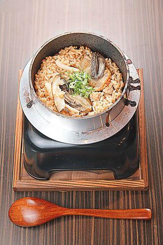蚝、帆立贝等,配以爽身有饭味的秋田小町米,每
