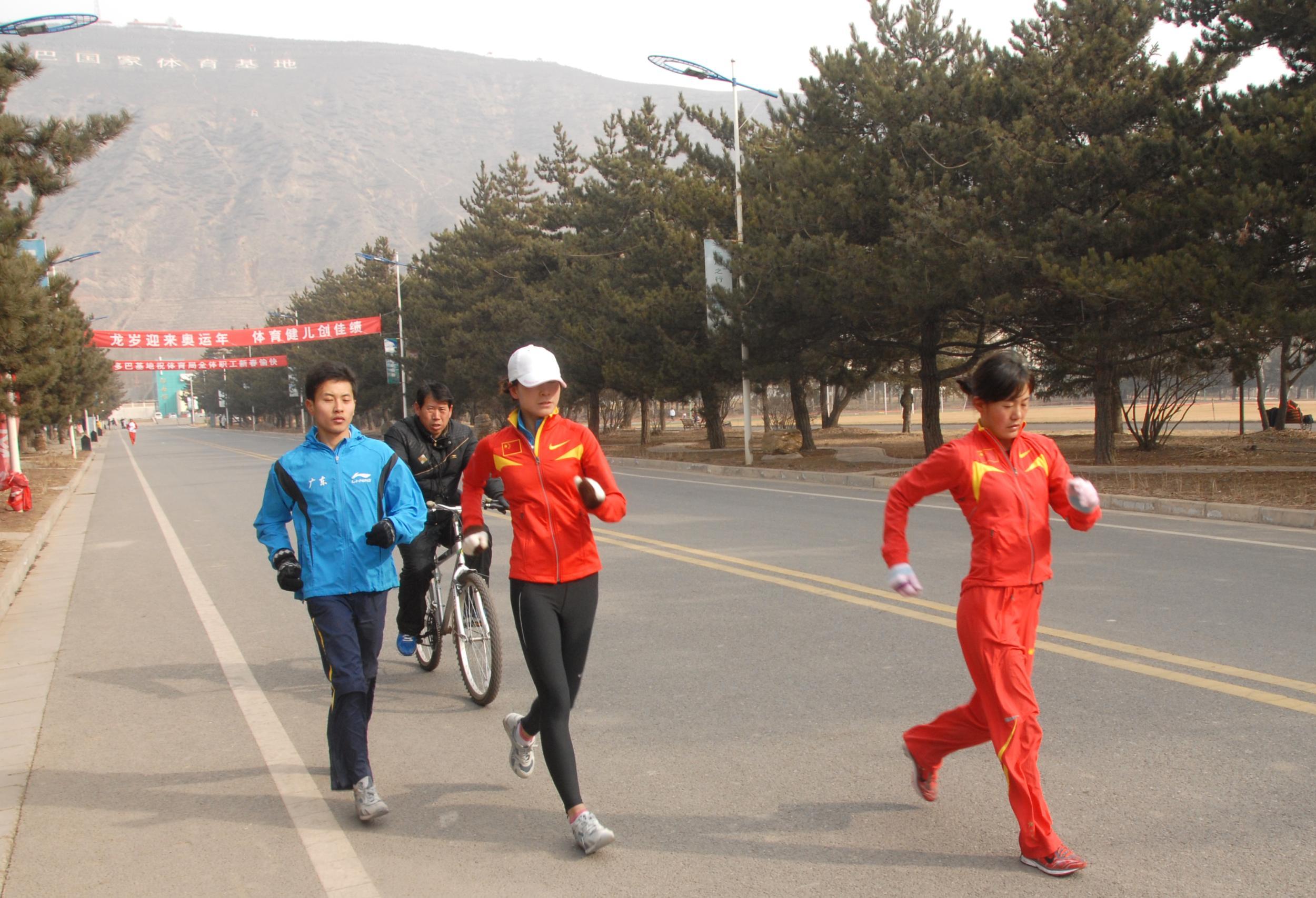 青海藏族姑娘切阳什姐右与队友在多巴基地训练中