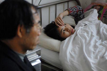 2010年4月,在医院接受治疗的小慧。图片来源:红网