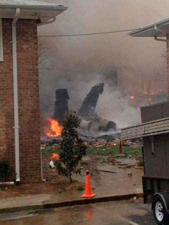 美军F-18低空坠毁 撞入居民楼起火爆炸