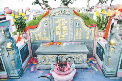 朱老现身墓碑孝女名单中,共有4名孝女和2名孝子名字,这4名孝女名字分别是朱竹凤、丽珍、丽卿(朱丽倩原名)及丽华,孝子则是剑书和剑辉。