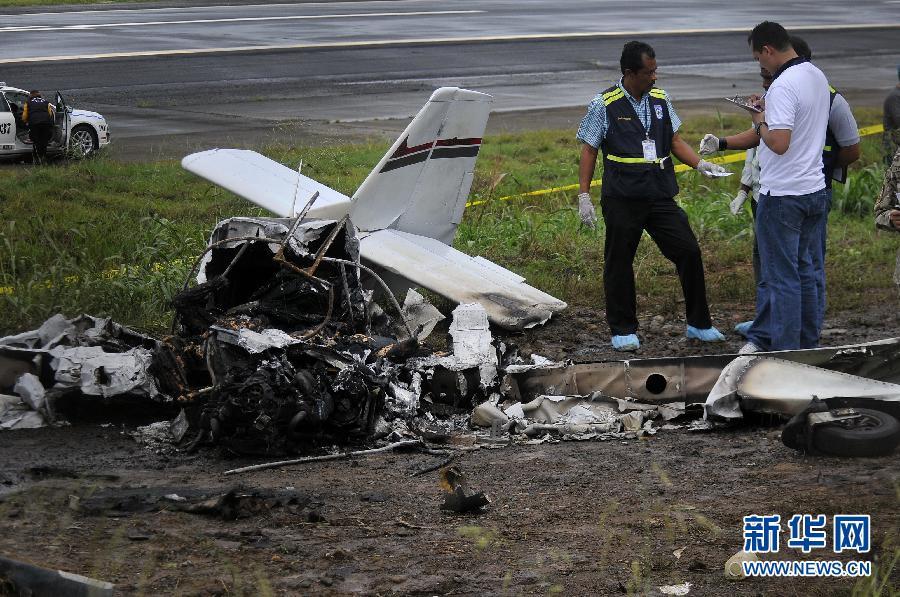 4月6日,在巴拿马城马尔科・赫拉韦特机场,工作人员搬运遇难者遗体。 当天,一架轻型飞机起飞后不久在机场跑道附近坠毁,机上2人全部遇难。新华社发(毛里齐奥・巴伦苏埃拉)