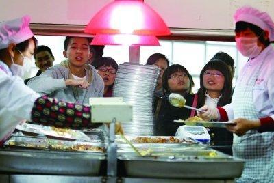 高校食堂总有几个令人惦记的美食。资料图片