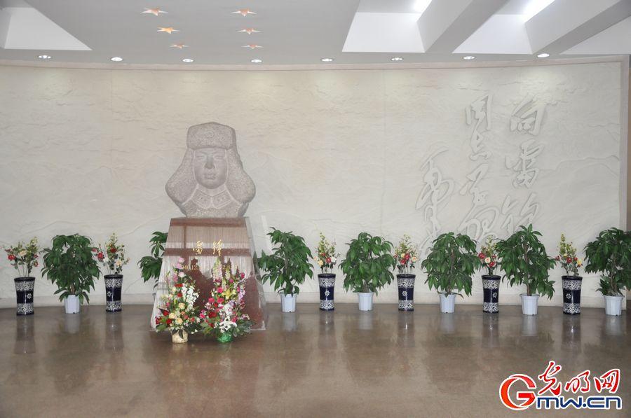 纪念馆大厅内的雷锋同志塑 光明网记者曾繁华