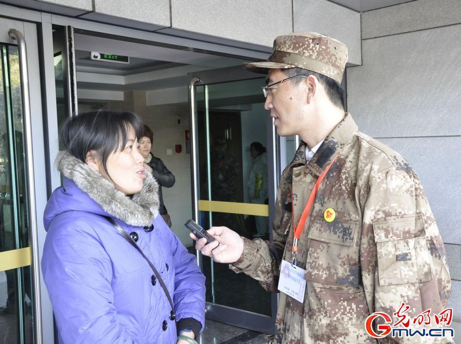雷锋/光明日报记者在采访参观抚顺雷锋纪念馆的游客