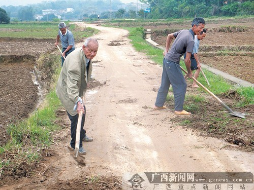 在周有新老人左前的带动下,其他几位村民也加入修路行列。